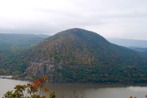 Storm King Mountain on another day, courtesy of Ahodges7, Creative Commons